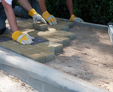 Каменщик на укладку тротуарной плитки